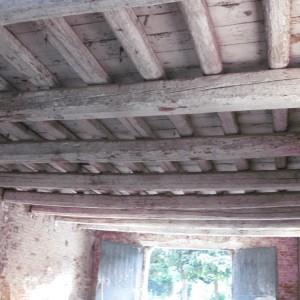 Travi in legno e mattoni, prima della sabbiatura